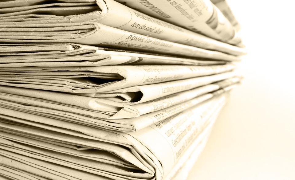 Dekorative Grafik: Ein Stapel gedruckter Tageszeitungen. Nahaufnahme der Faltkante entlang.