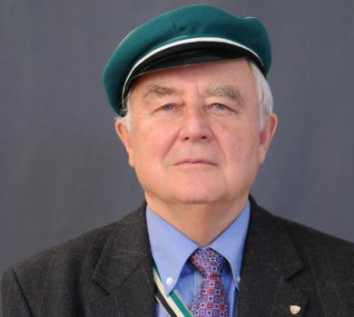 Romulad Niescher mit Mütze und Band seiner Urkorporation Teutonia Innsbruck