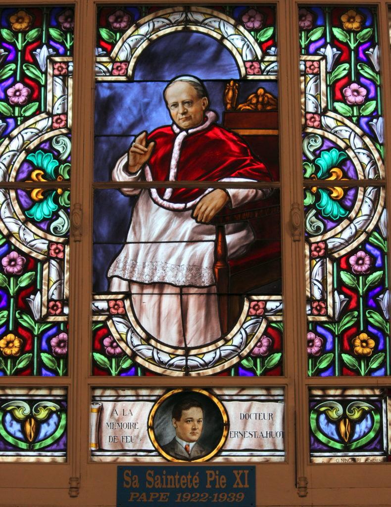 Papst Pius XI. (Abbildung auf einem Kirchenfenster von Notre-Dame